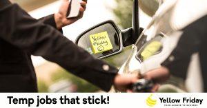 Temp jobs that stick, vrouw met telefoon bij auto